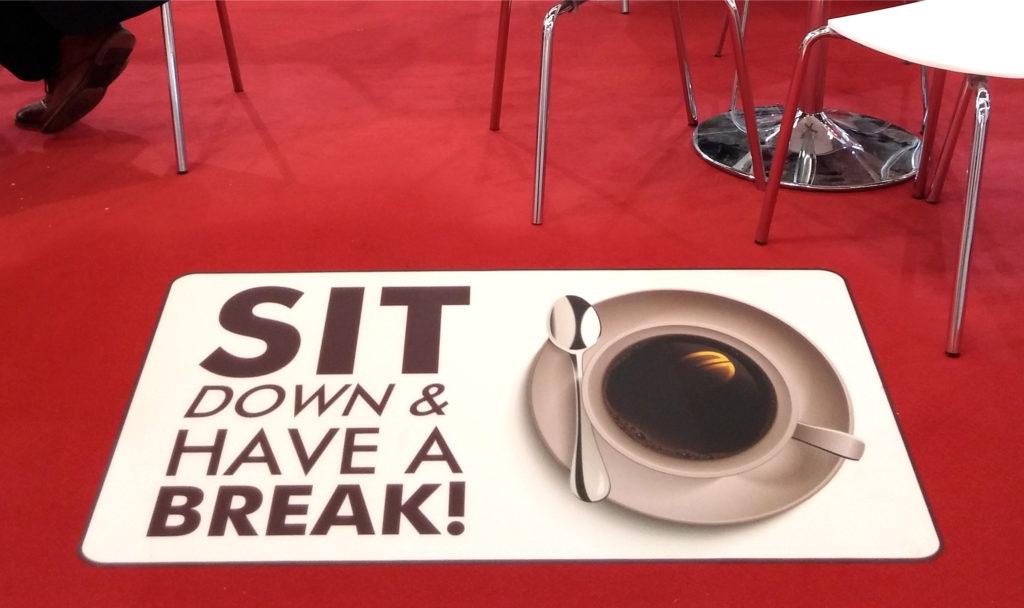 Grafica stampata su autoadesivo per tappeti e moquette ideale per fiere centri congressi e indoor
