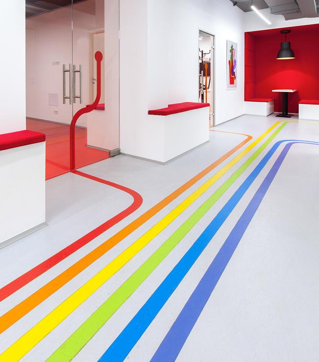 Linee colorate stampate su pellicola antiscivolo calpestabile applicata sul pavimento per guidare i visitatori negli ambienti, uffici, ospedali, aeroporti
