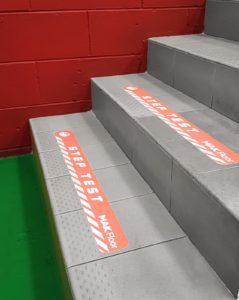 Pellicola autoadesiva antiscivolo calpestabile stampata posizionata sui gradini delle scale per dare sicurezza
